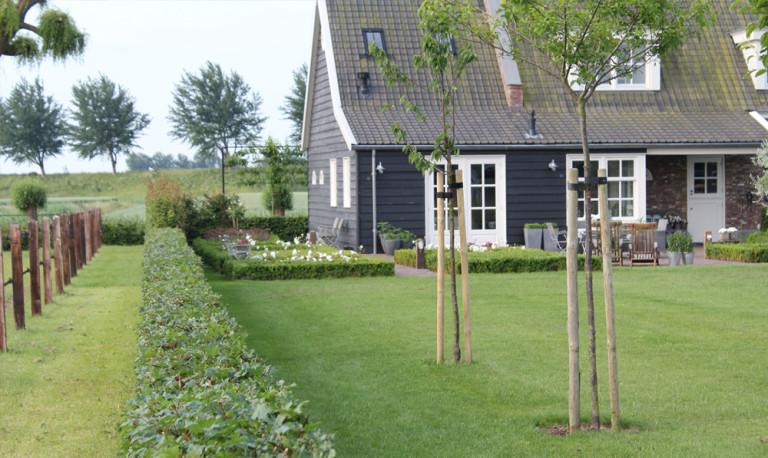 Landelijke tuin met klassieke elementen