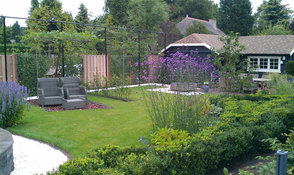 Moderne tuin met speelse borders en weelderige kleurrijke beplanting